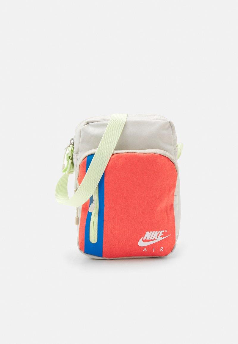Nike Sportswear - TECH CROSSBODY AIR UNISEX - Taška spříčným popruhem - light bone/magic ember/white