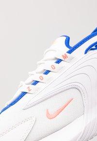 Nike Sportswear - ZOOM  - Sneakers - platinum tint/bright crimson/white/university gold/hyper royal - 5