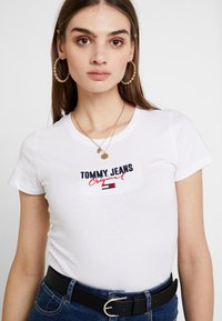 Tommy Jeans - SLIM MODERN LOGO TEE - T-shirts basic - classic white - 4