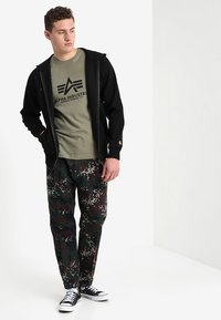 Alpha Industries - BASIC - Camiseta estampada - olive - 1