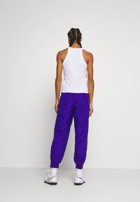 Nike Performance - PANT - Joggebukse - ultramarine/hot lime/white/solar red - 2