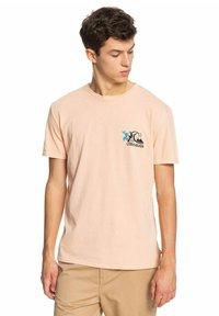 Quiksilver - INFORMAL DISCO - Print T-shirt - apricot - 0