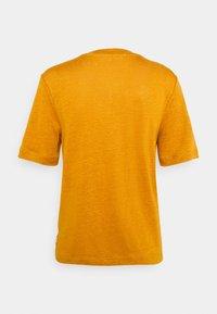 Scotch & Soda - CLASSIC TEE WITH V NECKLINE - Basic T-shirt - marigold - 1