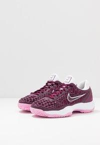 Nike Performance - AIR ZOOM CAGE HC - Tenisové boty na všechny povrchy - bordeaux/pink rise/white - 2