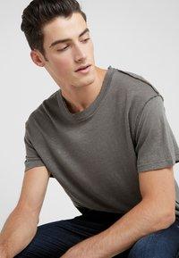 Iro - JURUS - Basic T-shirt - dark grey - 3