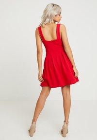 WAL G PETITE - EXCLUSIVE V-NECK MINI DRESS - Sukienka z dżerseju - red - 2