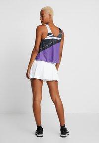 Nike Performance - FLOUNCY SKIRT - Rokken - white/black - 2