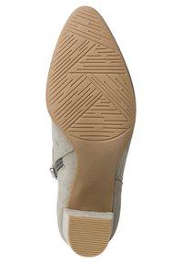 Marco Tozzi - Kotníkové boty na klínu - moss comb - 3