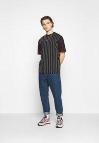 Karl Kani - UNISEX SMALL SIGNATURE PINSTRIPE TEE - T-shirt imprimé - black - 1