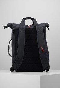 Nike Performance - VAPOR ENRGY - Reppu - smoke grey/black/ track red - 3