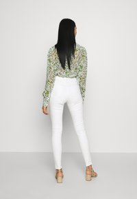 Topshop - THIGH RIP JAMIE  - Jeans Skinny Fit - white - 2