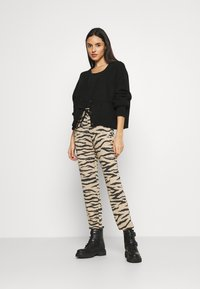 ONLY - ONLANNA PANT - Tracksuit bottoms - pumice stone - 1