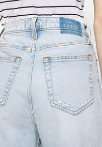 Abercrombie & Fitch - SHANK CURVE - Bootcut jeans - light destroy - 3