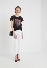 Just Cavalli - PANTALONE - Jeans Slim Fit - white denim - 1