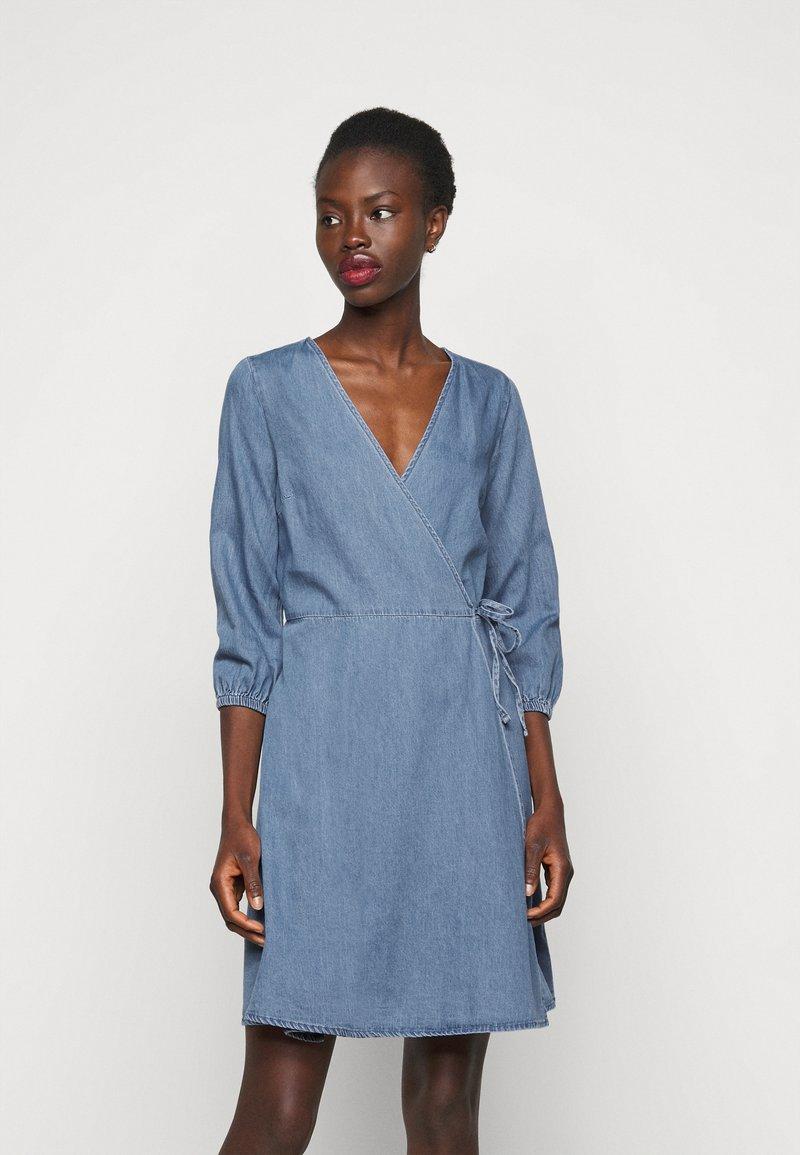Vero Moda Tall - VMHENNA WRAP SHORT DRESS - Denimové šaty - light blue denim
