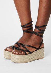 ALOHAS - PAW-PAW - Sandály na platformě - black - 0