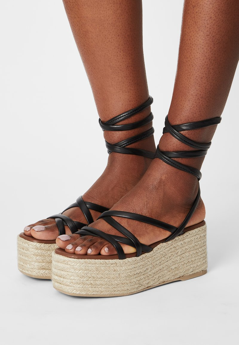 ALOHAS - PAW-PAW - Sandály na platformě - black