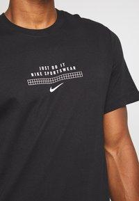Nike Sportswear - TEE - Print T-shirt - black/white - 5