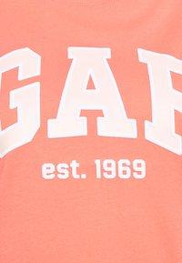 GAP - OUTLINE TEE - T-shirt z nadrukiem - pink reef - 5