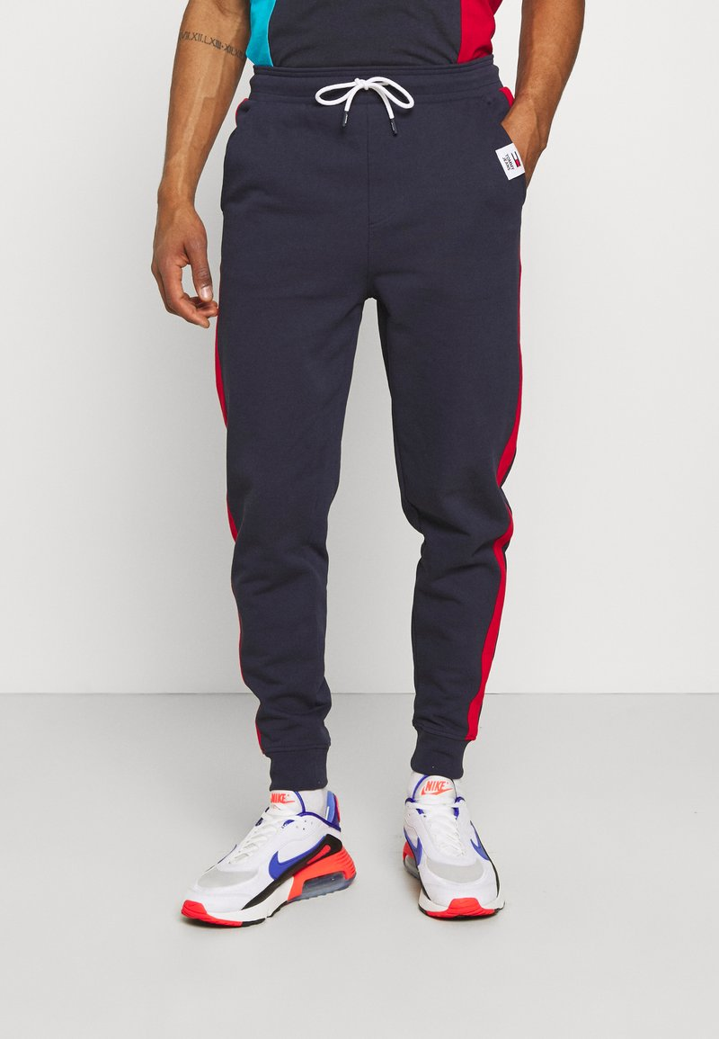Tommy Jeans - MIX MEDIA BASKETBALL PANT - Tracksuit bottoms - twilight navy
