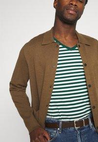 Tommy Hilfiger - STRETCH V NECK TEE - T-shirt - bas - rural green/ivory - 3