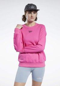 Reebok Classic - CLASSICS LOGO CREW - Sweatshirt - pink - 0