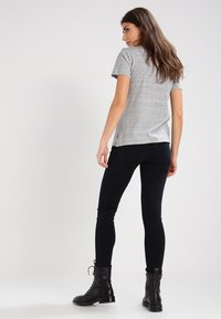 Levi's® - THE PERFECT - T-shirts med print - grey