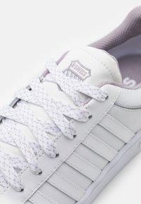 K-SWISS - COURTHYDRO - Trainers - white/gull gray - 5