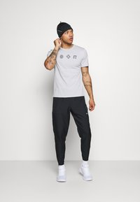 Nike Performance - NIKE RUN DIVISION - Pantalon de survêtement - black/silver - 1
