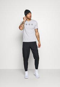 Nike Performance - NIKE RUN DIVISION - Pantalones deportivos - black/silver - 1