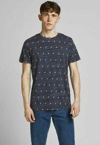 Jack & Jones - T-shirt med print - navy blazer - 0