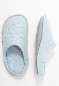 Crocs - CLASSIC ROOMY FIT - Domácí obuv - mineral blue - 3