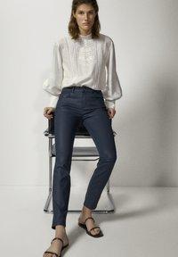 Massimo Dutti - MIT GUMMIERTEM FINISH - Jeans Skinny - dark blue - 1