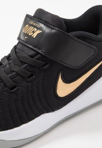 Nike Performance - TEAM HUSTLE QUICK 2 - Basketball shoes - black/metallic gold/light smoke grey/white - 2