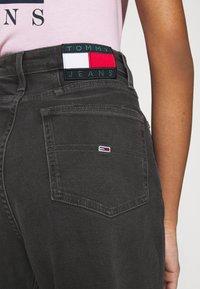 Tommy Jeans - MOM COMFORT - Jean boyfriend - denim black - 4