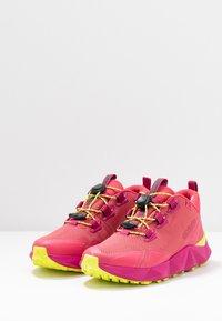 Columbia - FACET30 OUTDRY - Outdoorschoenen - rouge pink/voltage - 2