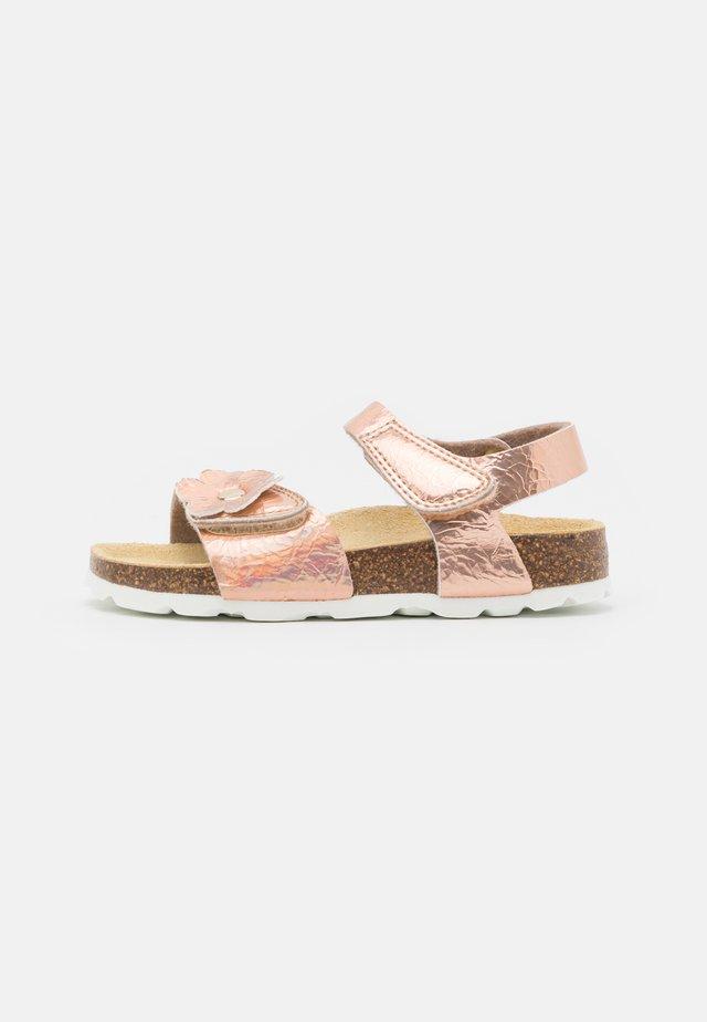 FUSSBETTPANTOFFEL - Sandaalit nilkkaremmillä - bronze