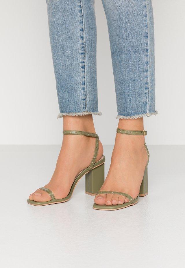 ANIELA - Sandalen met hoge hak - sage green