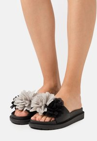 Colors of California - SLIDE WIDE FIT SOLE FLOWERS - Mules - black - 0