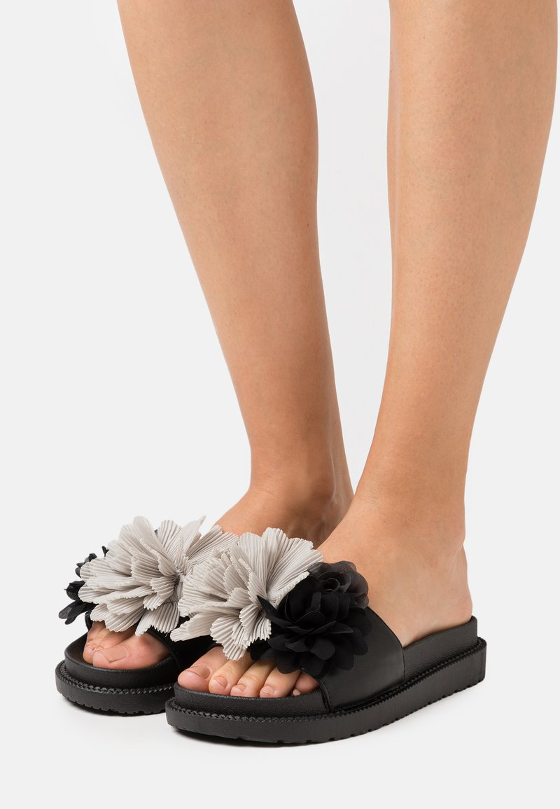 Colors of California - SLIDE WIDE FIT SOLE FLOWERS - Mules - black
