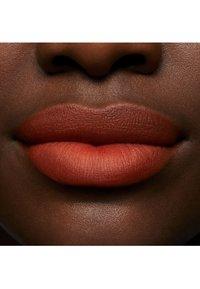 MAC - POWDER KISS LIQUID LIPCOLOUR - Liquid lipstick - resort season - 4