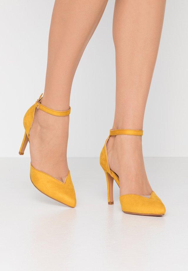 Escarpins à talons hauts - yellow