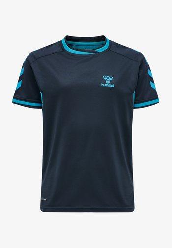 HMLACTION POLY JERSEY S/S KIDS - T-shirt z nadrukiem - black iris/atomic blue