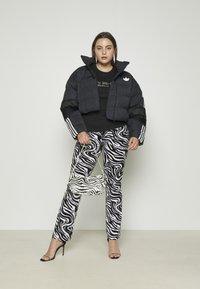 Juicy Couture - JUICY TRUST - T-shirt print - black - 4