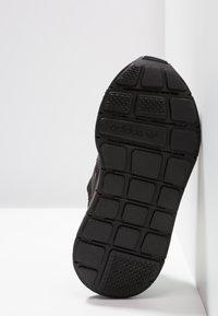 adidas Originals - SWIFT RUN - Sneakersy niskie - core black - 5