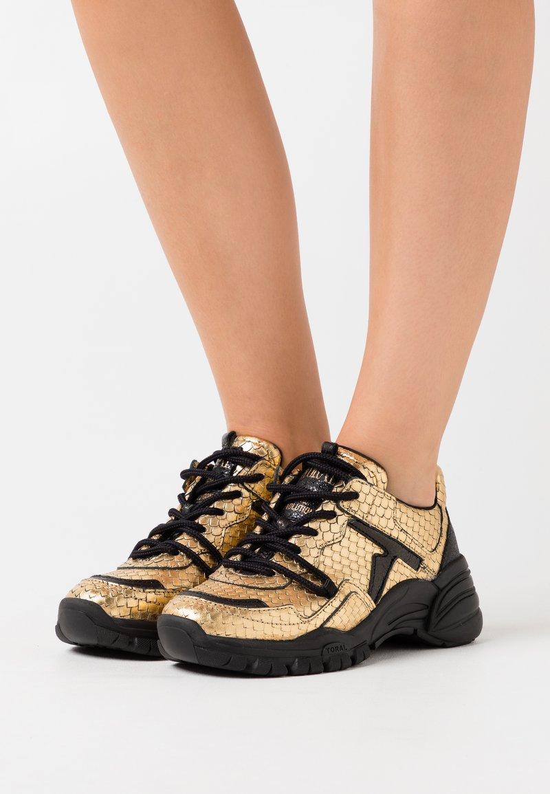 Toral - Sneakers basse - gold/black