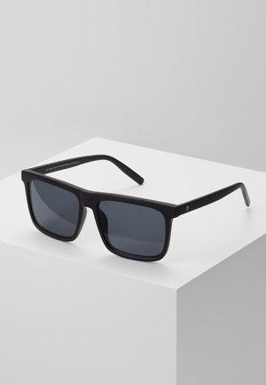 BRUCE - Sluneční brýle - black