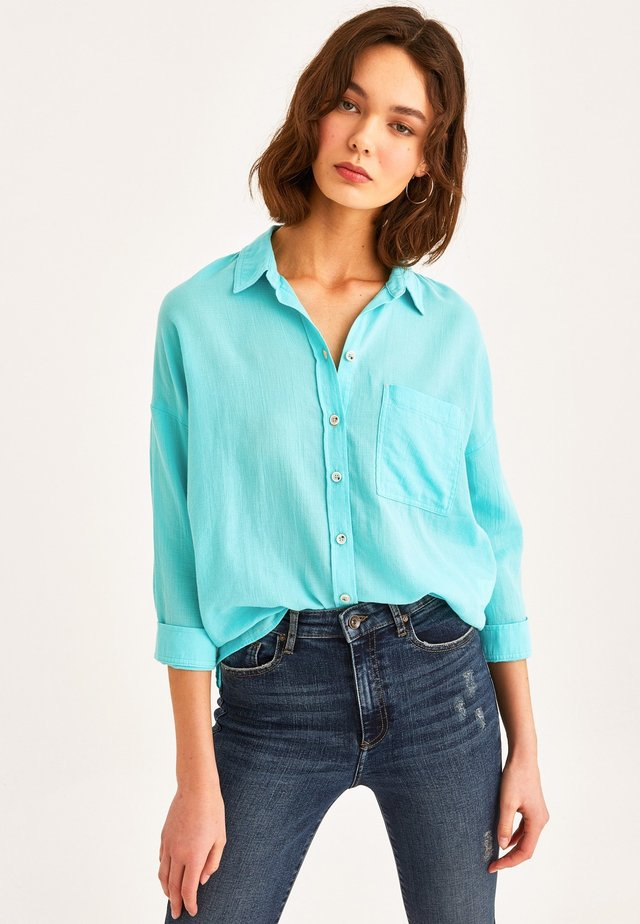 MIT MODISCHER OVERSIZE FORM - Button-down blouse - blue