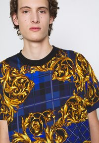 Versace Jeans Couture - Print T-shirt - blu royal/oro - 6