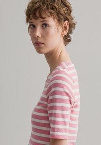 GANT - GANT DAMEN SHIRT KURZARM - Print T-shirt - sea pink - 3
